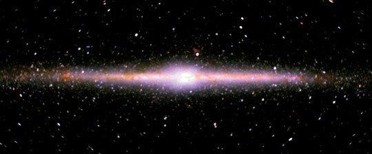 <strong>Abb. 2:</strong> Innere Milchstraße im nahinfraroten Licht. Die absorbierenden Streifen sind wesentlich schwächer ausgeprägt als im sichtbaren